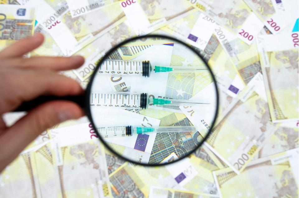 """<span class=""""attribution""""><a class=""""link rapid-noclick-resp"""" href=""""https://www.shutterstock.com/es/image-photo/syringe-vaccine-euro-banknotes-healthcare-costs-1927038773"""" rel=""""nofollow noopener"""" target=""""_blank"""" data-ylk=""""slk:Shutterstock / URem"""">Shutterstock / URem</a></span>"""