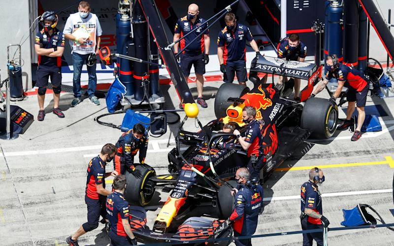 Mechanics prepare the car of Red Bull driver Max Verstappen of the Netherlands prior the Styrian Formula One Grand Prix race at the Red Bull Ring racetrack in Spielberg, Austria, Sunday, July 12, 2020. - Leonhard Foeger/Pool via AP)