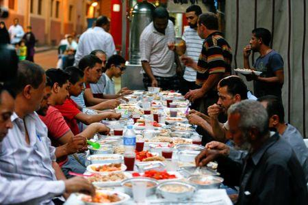 Muslims eat meals prepared by Coptic Christians during Ramadan in Cairo, Egypt June 18, 2017. Picture taken June 18, 2017. REUTERS/Mohamed Abd El Ghany