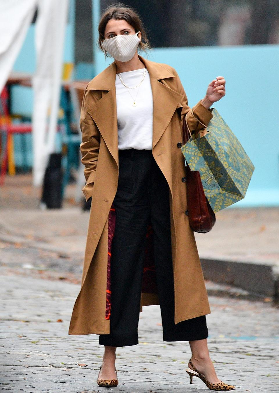 <p>Keri Russell steps out on Thursday in N.Y.C., wearing a brown trench coat and leopard print heels.</p>