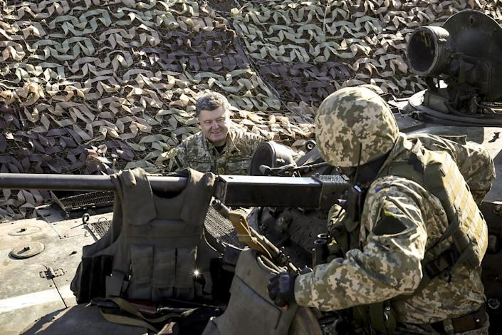 This picture taken and released by the Ukrainian Presidential Press Service on October 10, 2014 shows President Petro Poroshenko (L) visiting the Ukrainian defence line near the town of Kurahovo (AFP Photo/Mikhail Palinchak)