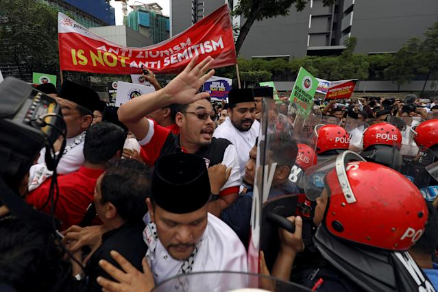 <p>Pro-Palestine protesters clash with police as they march towards the U.S. Embassy in Kuala Lumpur, Malaysia, Dec.8, 2017. (Photo: Stringer/Reuters) </p>