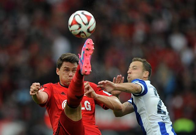 Leverkusen's Polish defender Sebastian Boenisch vies for the ball with Hertha's Dutch midfielder Roy Beerens during the German first division Bundesliga football match in Stuttgart on August 30, 2014 (AFP Photo/Jonas Guttler)