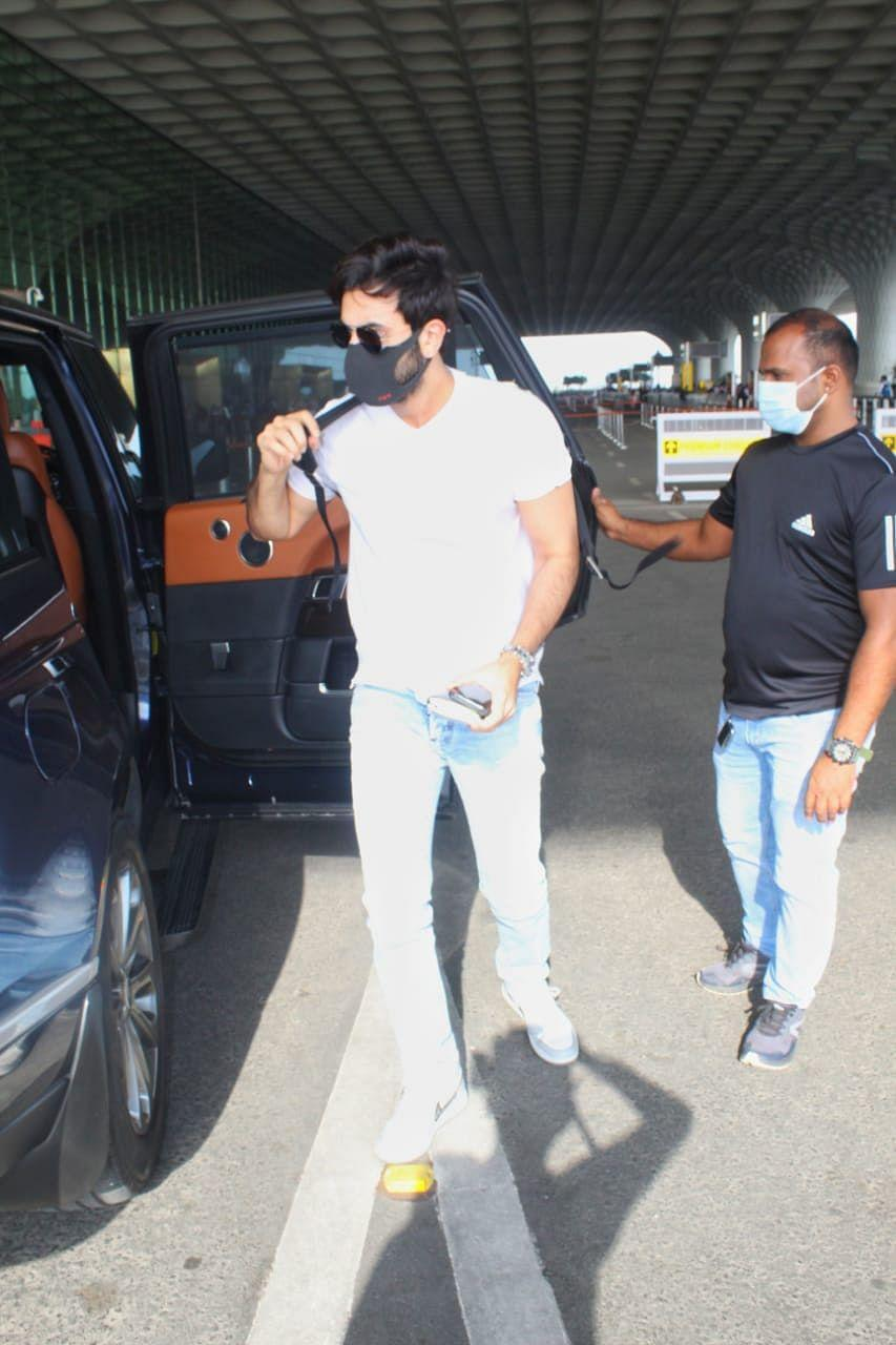 "<div class=""paragraphs""><p>Ranbir wore a white T-shirt and jeans.</p></div>"