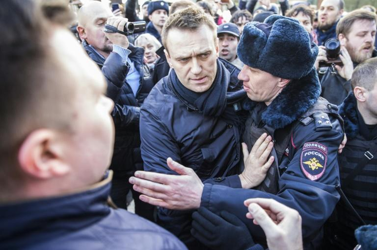 Police officers detain Kremlin critic Alexei Navalny during an unauthorised anti-corruption rally in central Moscow on March 26, 2017