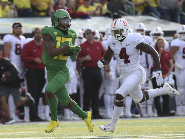 Oregon's Dillon Mitchell, left, pulls down a pass ahead of Stanford's Michael Wilson during the first quarter of an NCAA college football game Saturday, Sept. 22, 2018, in Eugene, Ore. (AP photo/Chris Pietsch)