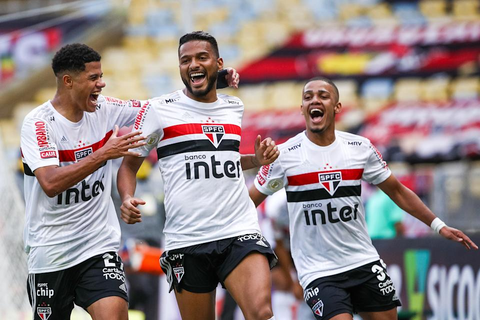 RIO DE JANEIRO, BRAZIL - NOVEMBER 01: Reinaldo (C) of Sao Paulo celebrates with his teammates after scoring a goal during a match between Flamengo and  Sao Paulo as part of 2020 Brasileirao Series A at Maracana Stadium on November 01, 2020 in Rio de Janeiro, Brazil. (Photo by Buda Mendes/Getty Images)