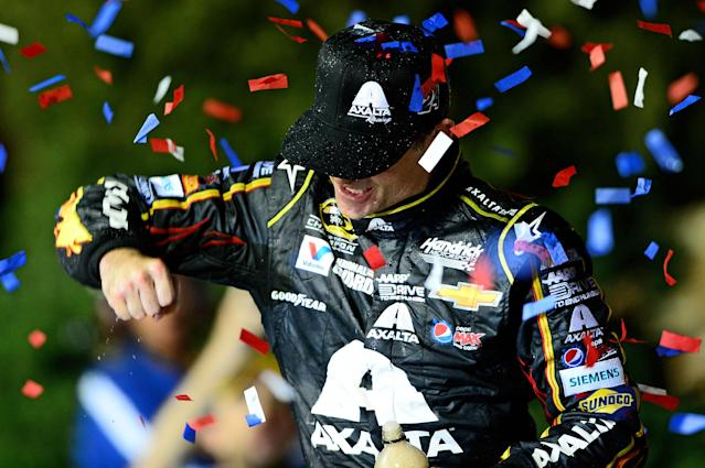 Jeff Gordon takes advantage of late pit stop to win at Kansas