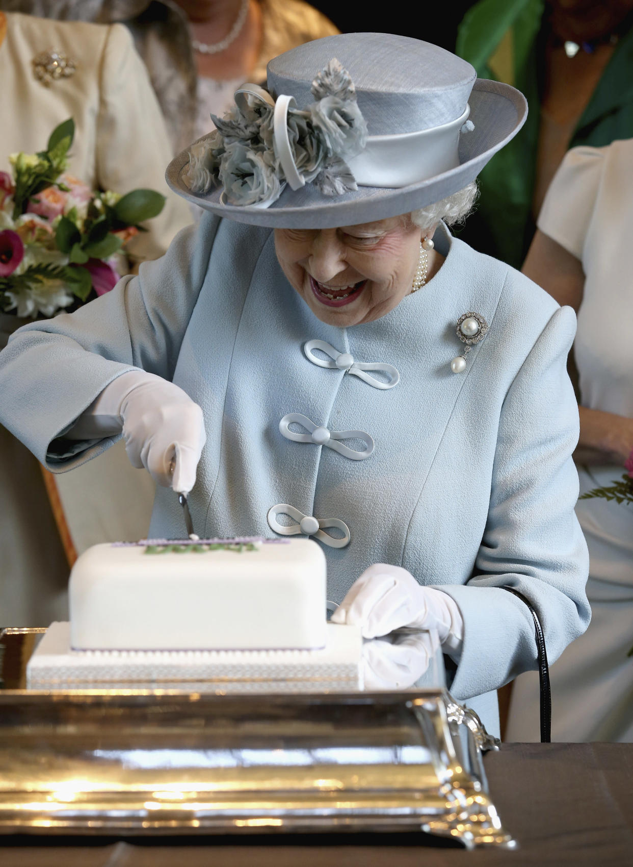 Britain's Queen Elizabeth cuts a Women's Institute Celebrating 100 Years cake, at the centenary annual meeting of The National Federation Of Women's Institute, at the Royal Albert Hall in London, Britain June 4, 2015.   REUTERS/Chris Jackson/pool