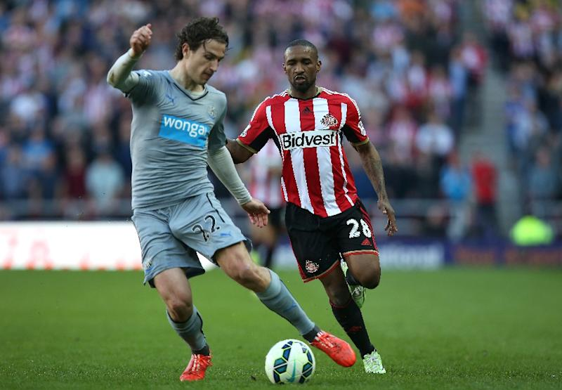 Newcastle United's defender Daryl Janmaat (L) vies with Sunderland's striker Jermain Defoe during the English Premier League football match in Sunderland on April 5, 2015 (AFP Photo/Ian MacNicol)