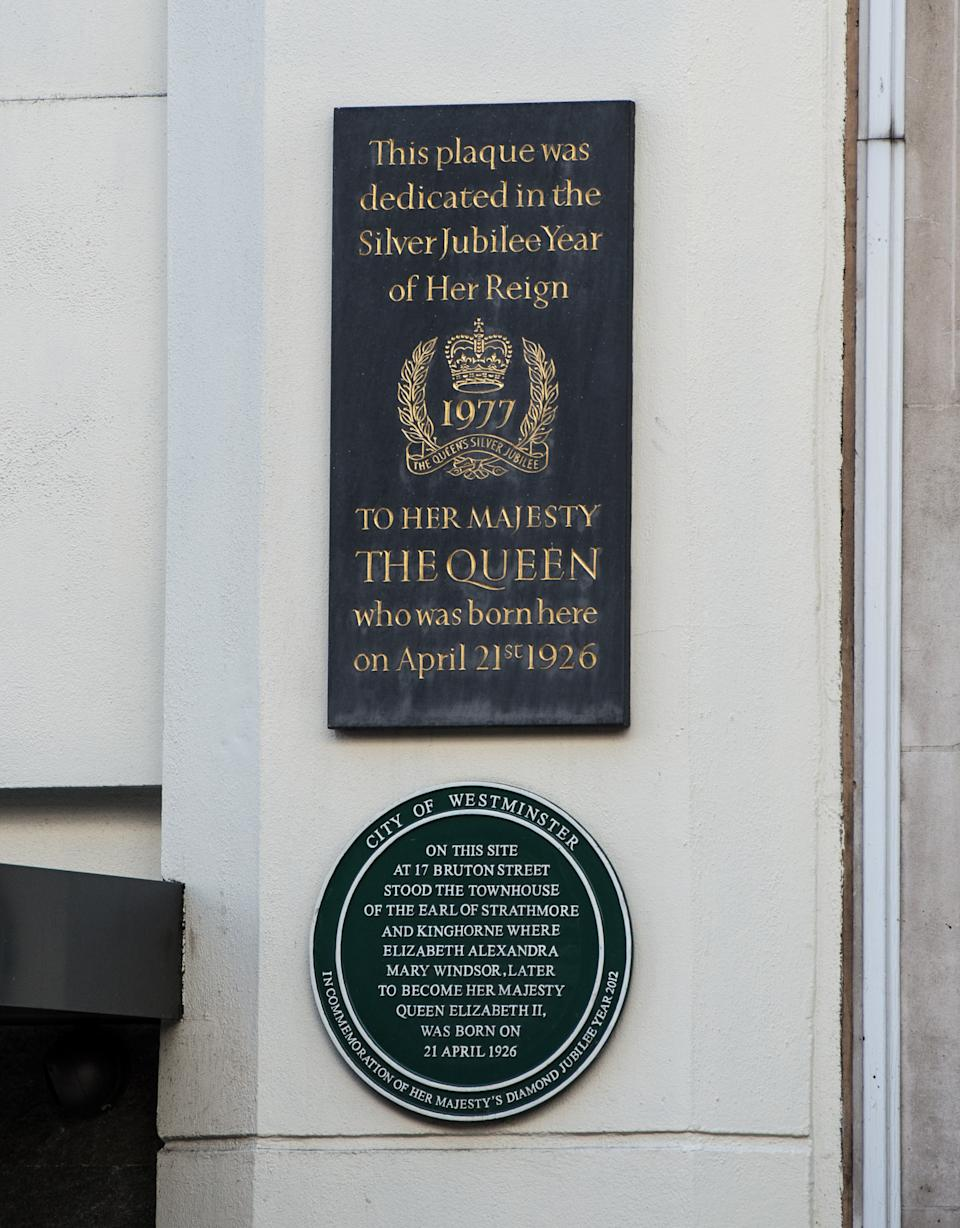 WINDSOR, ENGLAND - APRIL 20:  A general view of two plaques that mark the birthplace of the Queen at 17 Bruton Street on April 20, 2016 in Windsor, England. Queen Elizabeth II will celebrate her 90th birthday on Thursday April 21, 2016 when a series of events will mark the occasion including the traditional walkabout and the lighting of a thousand bonfires in her honour worldwide.  (Photo by Chris Ratcliffe/Getty Images)