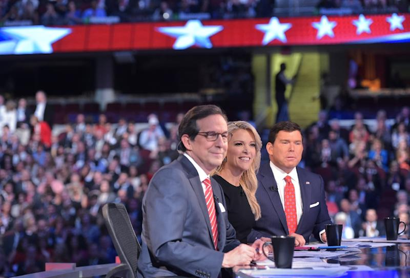 An August 6, 2015 photo shows Republican presidential primary debate moderator Megyn Kelly (C) flanked by fellow moderators Chris Wallace (L) and Bret Baier (R) in Cleveland, Ohio (AFP Photo/Mandel Ngan)