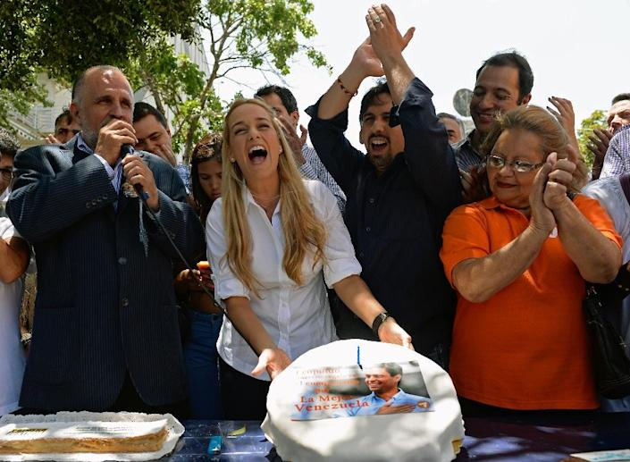 Lilian Tintori (C), wife of jailed opposition leader Leopoldo Lopez, shows a birthday cake during his 42nd birthday celebration in Caracas on April 29, 2015 (AFP Photo/Federico Parra)