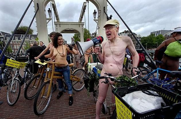 Ciclistas  holandeses participam do Naked Bike Ride em Amsterdã