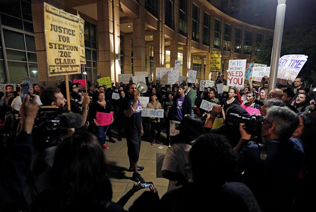 <p>Demonstrators gather outside City Hall to protest the police shooting of Stephon Clark, in Sacramento, Calif., March 30, 2018. (Photo: Bob Strong/Reuters) </p>