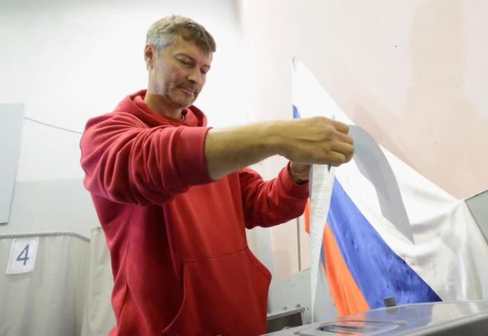FILE PHOTO: Roizman casts his ballot at polling station during a mayoral election in the Urals city of Yekaterinburg