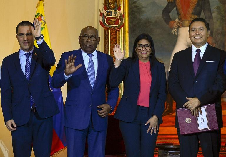Venezuelan Foreign Minister Jorge Arreaza, Education Minister Aristobulo Isturiz, Vice President Delcy Rodriguez and opposition member Javier Bertucci pose after signing a dialogue agreement between the government and the opposition in Caracas (AFP Photo/Matias Delacroix)