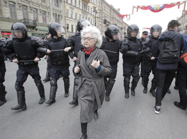 <p>Russian police block protesters during a demonstration against President Vladimir Putin in St.Petersburg, Russia, Saturday, May 5, 2018. (Photo: Dmitri Lovetsky/AP) </p>