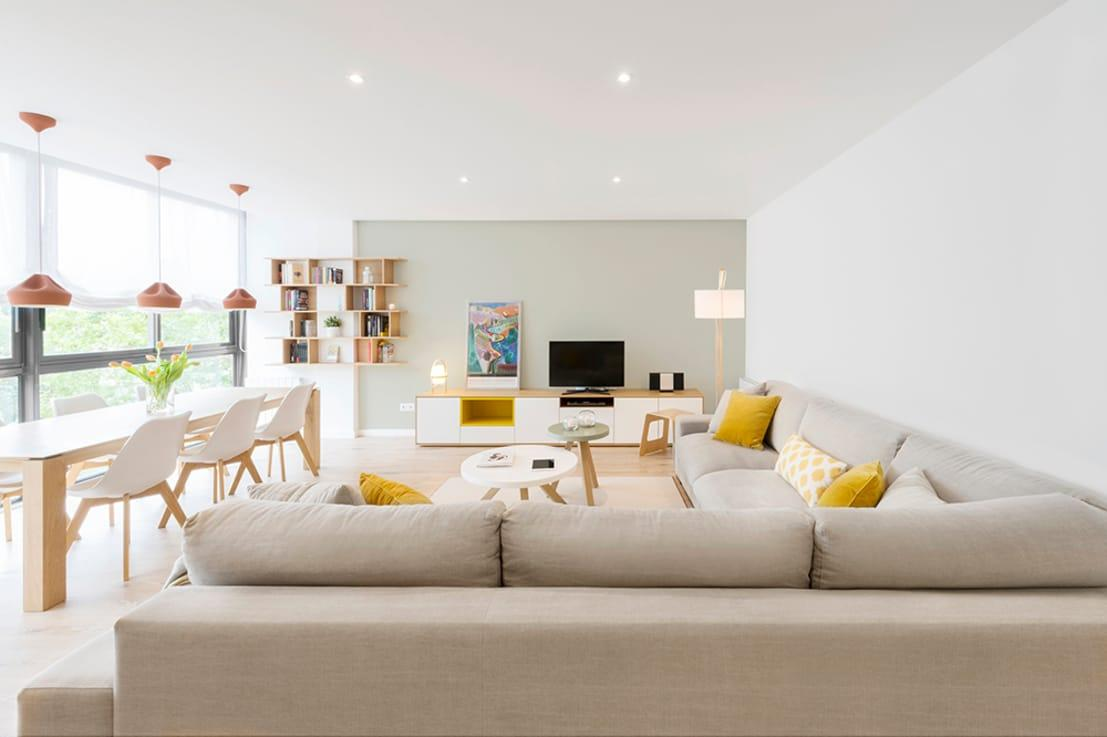 """<p>Pastels are ingenious at lending a soft and welcoming touch to a space, which is exactly why they are so popular for rooms where we tend to entertain and socialise, like<a rel=""""nofollow"""" href=""""https://www.homify.co.uk/rooms/living-room"""">living rooms</a>.</p><p>And 2017's favourite pastel combination? Mint green and off-white grey, to give your backdrop that gentle touch it needs.</p>  Credits: homify / Beivide Studio"""