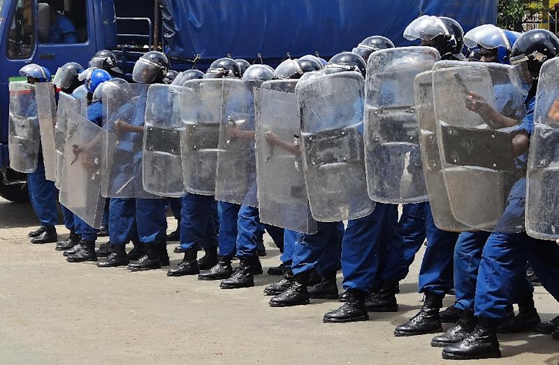 Policemen form a blockade during a gathering of opposition activists concerned at the president's expected bid for a third term in June elections, on April 17, 2015, Bujumbura (AFP Photo/Esdras Ndikumana)