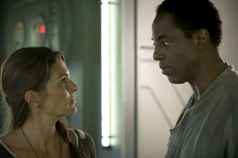 """The 100"" - ""Pilot"" - Paige Turco as Abby and Isaiah Washington as Chancellor Jaha"