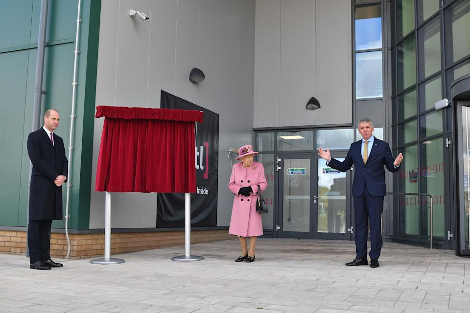 Dstl Chief Executive Gary Aitkenhead (R) speaks as Britain's Queen Elizabeth II (C) and Britain's Prince William, Duke of Cambridge, (L) prepare to unveil a plaque to officially open the new Energetics Analysis Centre at the Defence Science and Technology Laboratory (Dstl) at Porton Down science park near Salisbury, southern England, on October 15, 2020. - The Queen and the Duke of Cambridge visited the Defence Science and Technology Laboratory (Dstl) where they were to view displays of weaponry and tactics used in counter intelligence, a demonstration of a Forensic Explosives Investigation and meet staff who were involved in the Salisbury Novichok incident. Her Majesty and His Royal Highness also formally opened the new Energetics Analysis Centre. (Photo by Ben STANSALL / POOL / AFP) (Photo by BEN STANSALL/POOL/AFP via Getty Images)