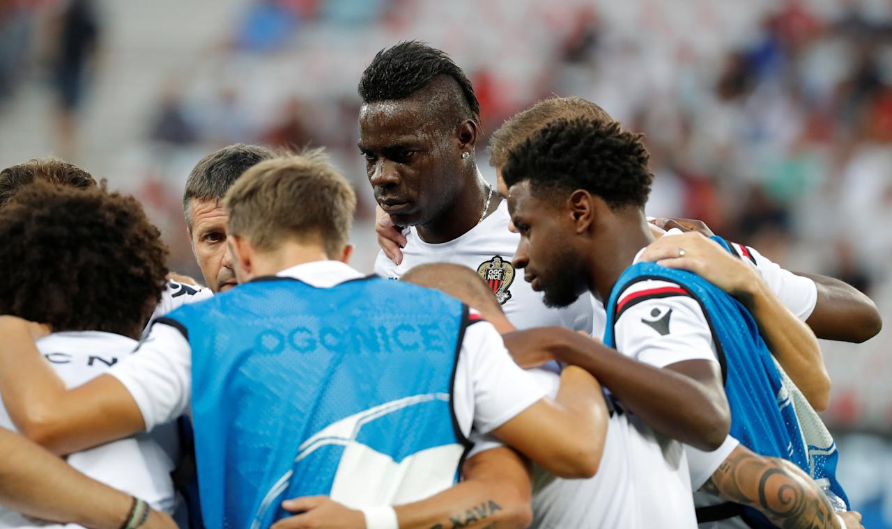 Soccer Football - Champions League Playoffs - Nice v Napoli - Nice, France - August 22, 2017     OGC Nice's Mario Balotelli with team mates in a huddle during the warm up before the match    REUTERS/Eric Gaillard