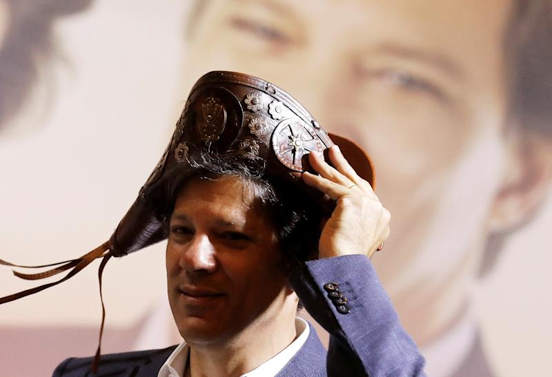 "Presidential candidate Fernando Haddad of the Workers Party (PT) wears a hat called Cangaceiro, which is the name given to a form of ""social banditry"" in the northeast of Brazil, during a campaign rally in Sao Paulo, Brazil, September 24, 2018. REUTERS/Nacho Doce TPX IMAGES OF THE DAY"