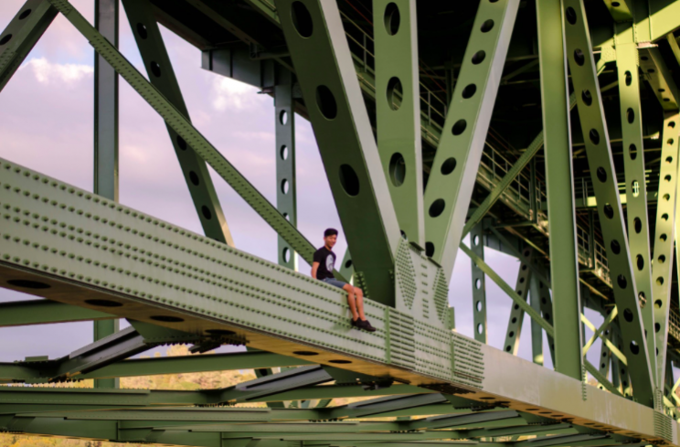 People pose on the bridge for daring pictures (Twitter/@calvintangtang)