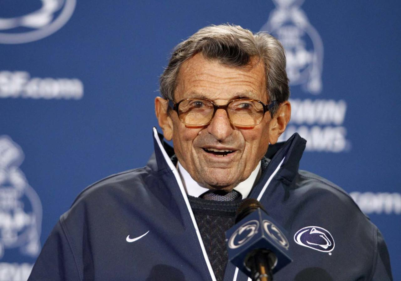 STATE COLLEGE, PA - OCTOBER 29:  Joe Paterno receives a plaque celebrating his 409th career win after the game against the Illinois Fighting Illini on October 29, 2011 at Beaver Stadium in State College, Pennsylvania.  The Nittany Lions defeated the Fighting Illini 10-7.  (Photo by Justin K. Aller/Getty Images)