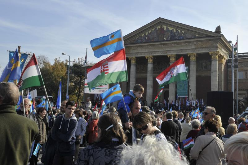 Thousands of ethnic Hungarians call for autonomy