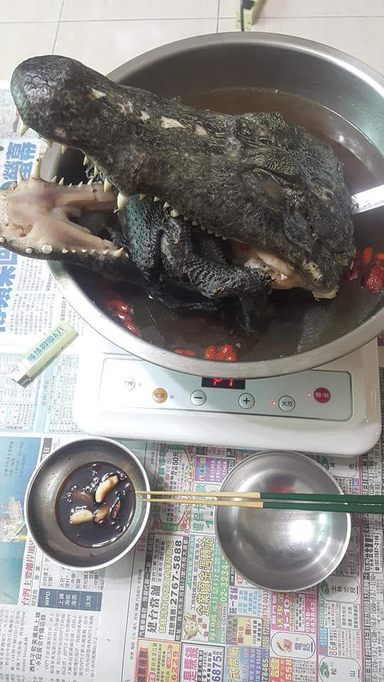 The huge crocodile head barely fits into the pot. (Photo courtesy of 全聯消費經驗老實說/Facebook Group)