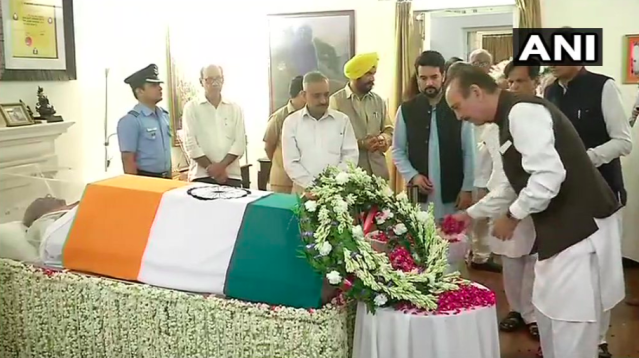 <p>Congress leader Shulab Nabi Azad visited Vajpayee's residence to pay tributes. </p>