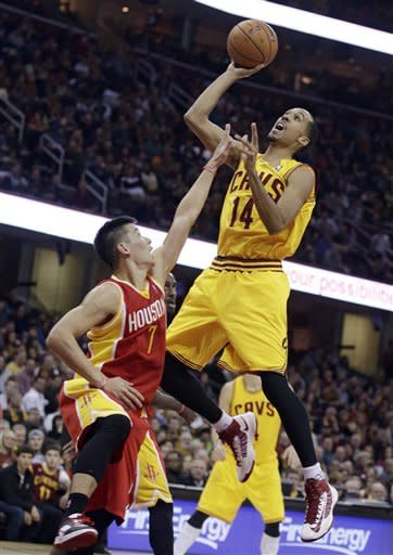 Cleveland Cavaliers' Shaun Livingston (14) shoots over Houston Rockets' Jeremy Lin (7) during the second quarter of an NBA basketball game Saturday, Jan. 5, 2013, in Cleveland. (AP Photo/Tony Dejak)