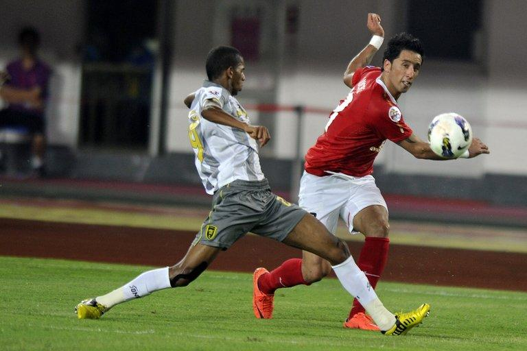 Guangzhou Evergrande's Lucas Barrios (R) pictured during an AFC Champions League match on October 2, 2012