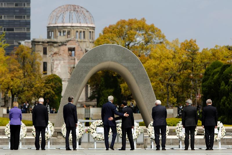 The G7 foreign ministers laid wreaths for the victims of the 1945 atomic bombing during a ceremony close to the Atomic Bomb Dome memorial in Hiroshima, on April 11, 2016 (AFP Photo/Jonathan Ernst)