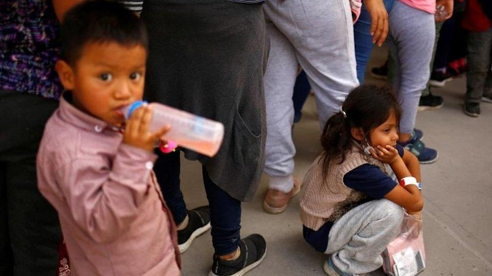 Migrant children wait to enter a temporary shelter in Ciudad Juárez, Mexico. Photo: 5 April 2021