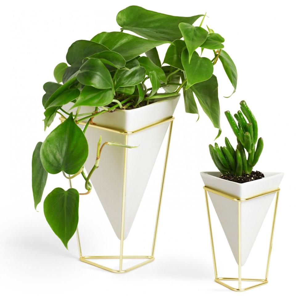 "<p>Help your mom take her gardening skills indoors with these pretty geometric planters. ($40; <a rel=""nofollow"" href=""http://www.umbra.com/usd/catalog/product/view/id/9594/s/trigg-planter-set-sm-lg-white-brass/category/522/"">umbra.com</a>)</p>"