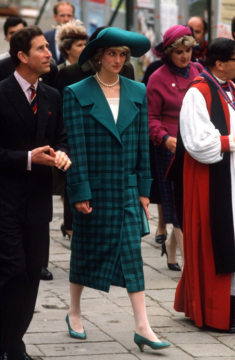 <p>Princess Diana visited Venice wearing and green coat by the Emanuelles that had an oversized notched collar. </p>
