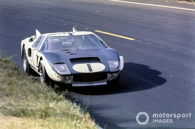 """Ken Miles, Bruce McLaren, Shelby-American Inc, Ford GT40 Mk.II <span class=""""copyright"""">LAT Images</span>"""