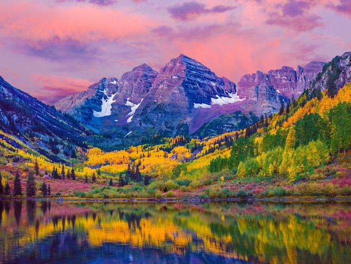 <p>This picture of the sun reflecting on the lake in Aspen, Colorado looks like a painting.</p>