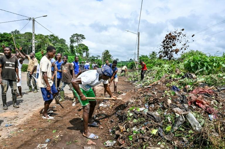 Beautification: local residents clear roadside rubbish ahead of Gbagbo's homecoming