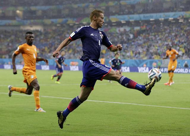 Japan's Keisuke Honda crosses the ball during the group C World Cup soccer match between Ivory Coast and Japan at the Arena Pernambuco in Recife, Brazil, Saturday, June 14, 2014. (AP Photo/Ricardo Mazalan)