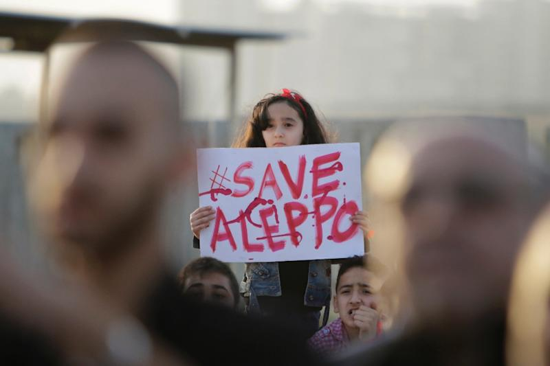 A Syrian girl holds a placard during a rally in solidarity with Aleppo, in the Lebanese city of Tripoli, on May 1, 2016 (AFP Photo/Ibrahim Chalhoub)