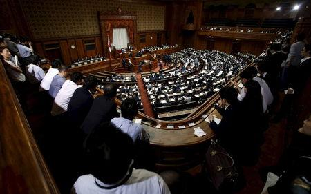 Lawmakers vote for the limitation of the length of a speech during the plenary session for Japan' Prime Minister Shinzo Abe' censure motion at the Upper House of the parliament in Tokyo, September 18, 2015.  REUTERS/Yuya Shino