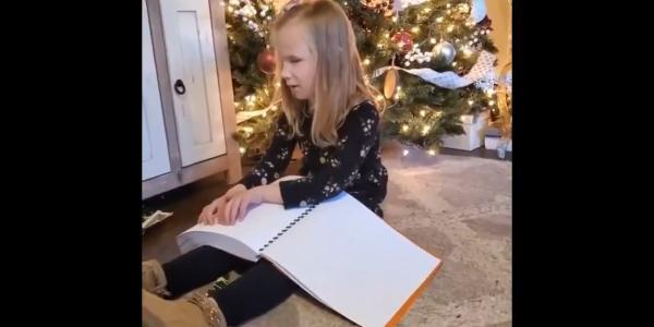 Niña ciega recibe de regalo toda la saga de Harry Potter en braille