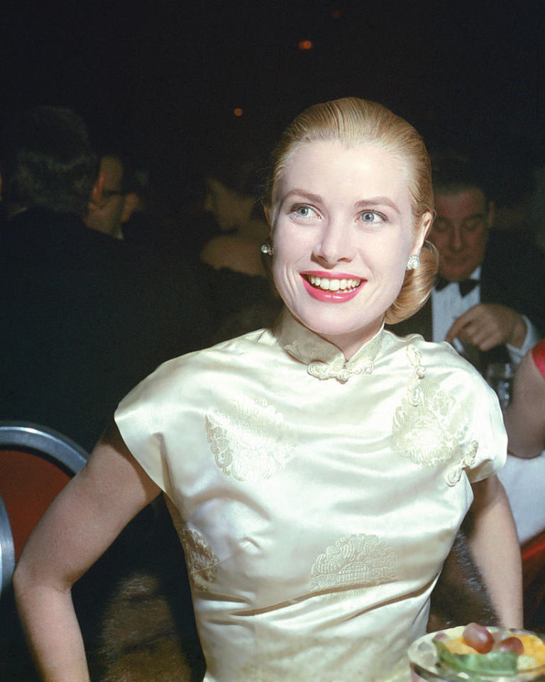<p>Grace Kelly walked away with the award for the World Film Favorite at the Golden Globes, and she looked absolutely stunning with a low chignon and coral lips. (Photo by Silver Screen Collection/Hulton Archive/Getty Images) </p>