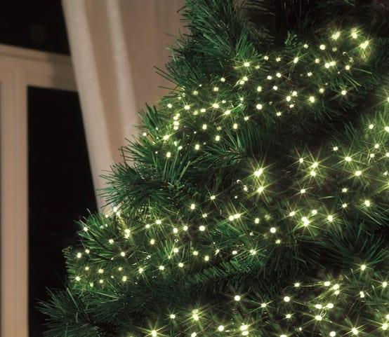<p>What would Christmas be without some dazzle decorating a tree? Whether it's your indoor Christmas tree or those exterior garden ones needing some sparkle, these LED cluster lights are ready to provide wonderfully warm or ice-white decoration.</p><p>Automatic? Manually? The choice is yours! What's more, these lights are multi-functional and come with eight settings, as well as a remote control.</p>  Credits: homify / Garden Site