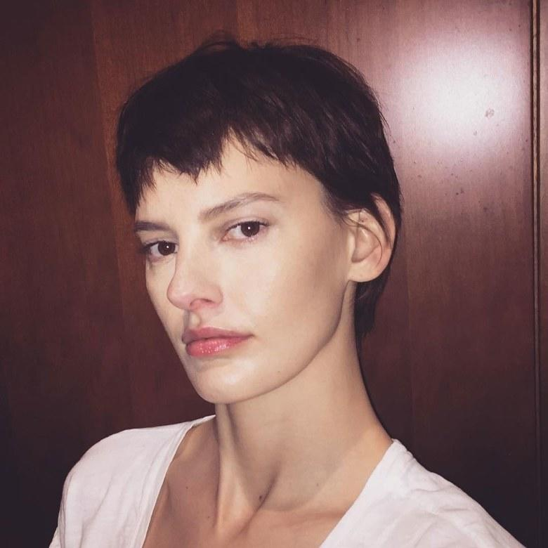 Palau picked up the shears again for the fall 2017 season, giving a few lucky models a distinctly Edie Sedgwick-inspired gamine pixie.