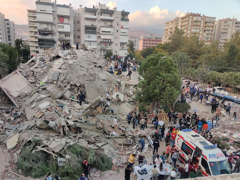 IZMIR, TURKEY - OCTOBER 30: Search and rescue works are being conducted at debris of a building in Bayrakli district after a magnitude 6.6 quake shook Turkey's Aegean Sea coast, in Izmir, Turkey on October 30, 2020. (Photo by Mehmet Emin Menguarslan/Anadolu Agency via Getty Images)